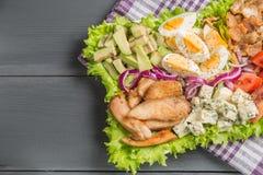 与炸鸡、鲕梨、鸡蛋和蕃茄的Cobb沙拉 库存图片