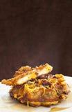 与炸鸡的烟肉切达乳酪奶蛋烘饼 图库摄影
