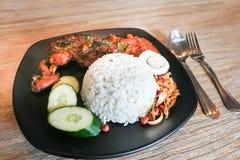 与炸鸡的Nasi lemak,普遍的烹调在马来西亚 免版税库存图片