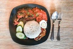 与炸鸡的Nasi lemak,普遍的烹调在马来西亚 库存图片
