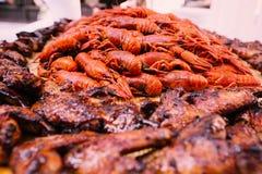 与炸鸡翼的煮沸的小龙虾 免版税图库摄影