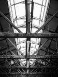 与点燃的老木工厂屋顶框架结构, 免版税库存图片
