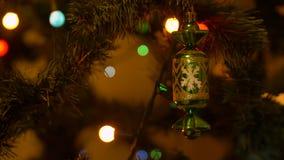 与点燃诗歌选的圣诞树和在分支的decortive玩具关闭  影视素材