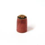 与点绣针法的手工制造木顶针 库存照片