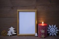 与烛光和圣诞节装饰,拷贝空间的框架 免版税图库摄影