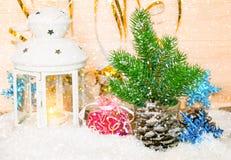 与烛光的圣诞节背景和在snowfal下的杉树 库存图片