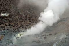 与烟、硫磺和灰的火山口 免版税库存图片