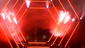 与烟和斑点光的阶段 3d背景概念例证查出的介绍回报了白色 现代指挥台或一个阶段与光和烟 免版税图库摄影