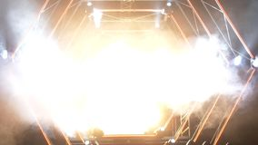 与烟和斑点光的阶段 3d背景概念例证查出的介绍回报了白色 现代指挥台或一个阶段与光和烟 免版税库存图片