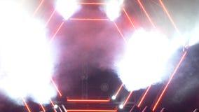 与烟和斑点光的阶段 3d背景概念例证查出的介绍回报了白色 现代指挥台或一个阶段与光和烟 免版税库存照片