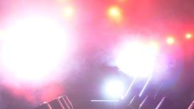 与烟和斑点光的阶段 3d背景概念例证查出的介绍回报了白色 现代指挥台或一个阶段与光和烟 库存照片