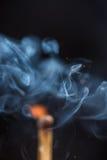 与烟和火匹配在黑背景copyspace 库存图片