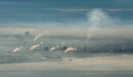 与烟和蒸汽的工厂地区 免版税库存照片