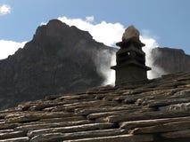 与烟囱的山小屋 库存图片