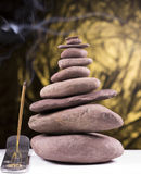 与烟的平衡的石塔 免版税库存图片