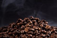 与烟的烤咖啡豆 免版税图库摄影