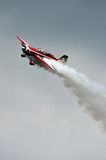 与烟的特技飞行 库存照片