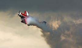 与烟的特技飞行 免版税库存照片