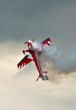 与烟的特技飞行 免版税图库摄影