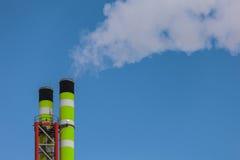 与烟的绿色工厂烟囱 图库摄影