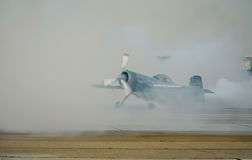 与烟的SU 31空中杂技 免版税库存照片