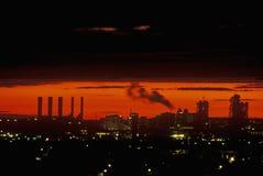 与烟窗的工业日落在纽瓦克, NJ 免版税库存图片