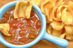 与烟肉芯片和辣辣味番茄酱的小开胃酒 免版税图库摄影