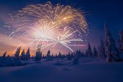 与烟花、森林和北极光的新年快乐卡片 免版税图库摄影