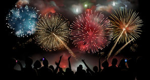 与烟花的假日庆祝在晚上,人的剪影显示观看欢乐烟花,传染媒介背景 免版税库存图片
