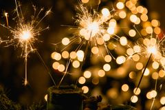 与烟花的大气圣诞节背景 免版税库存照片