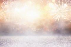 与烟花的抽象金子和银闪烁背景 圣诞前夕,第4 7月假日概念 库存照片