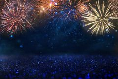 与烟花的抽象金,黑和蓝色闪烁背景 圣诞前夕,第4 7月假日概念 免版税库存照片