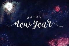 与烟花的新年快乐印刷术在夜空 免版税库存照片