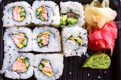 与烤三文鱼的寿司 免版税库存图片