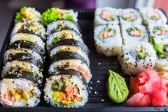 与烤三文鱼的寿司 免版税库存照片