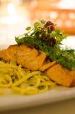 与烤三文鱼的晚餐 库存图片