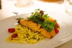 与烤三文鱼的晚餐 免版税库存图片