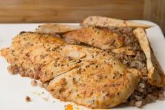 与烤和炸鸡乳房的一顿荞麦意大利煨饭在板材 库存图片