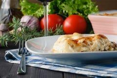 与烤宽面条的地中海晚餐 库存图片
