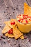 与烤干酪辣味玉米片的新鲜的干酪调味汁 库存图片