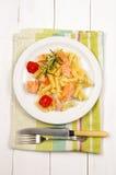 与烤狂放的三文鱼、蕃茄和迷迭香的面条 库存图片