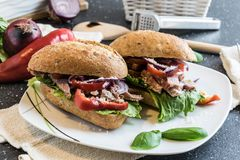 与烤猪肉、菜和蛋黄酱片断的自创三明治  免版税库存照片