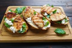 与烤的可口传统意大利开胃小菜bruschetta 免版税库存照片