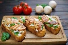 与烤的可口传统意大利开胃小菜bruschetta 库存图片