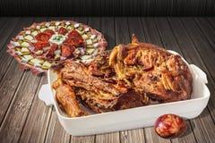 与烤羊羔肩膀大块的开胃菜美味盘Meze和复活节红色洗染了在土气木庭院表上设置的鸡蛋 免版税库存图片