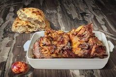与烤羊羔肩膀大块的开胃菜美味盘Meze和复活节红色洗染了在土气木庭院表上设置的鸡蛋 库存照片