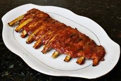 与烤肉或BBQ调味汁的被烘烤的排骨 库存图片