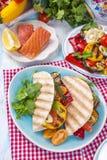 与烤菜和三文鱼的墨西哥炸玉米饼 午餐的健康食物 快餐 复制空间 免版税库存图片