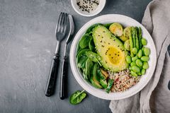 与烤菜和奎奴亚藜,菠菜,鲕梨,抱子甘蓝,夏南瓜,芦笋,编辑的绿色素食主义者菩萨碗沙拉 免版税库存照片