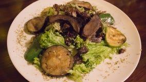 与烤菜和肉的沙拉 免版税库存照片